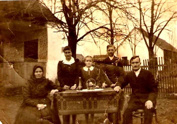Großfamilie im Hof
