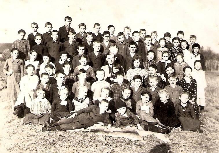 Grenzner-Lehrer 1937-38 u.Vroni li.außen