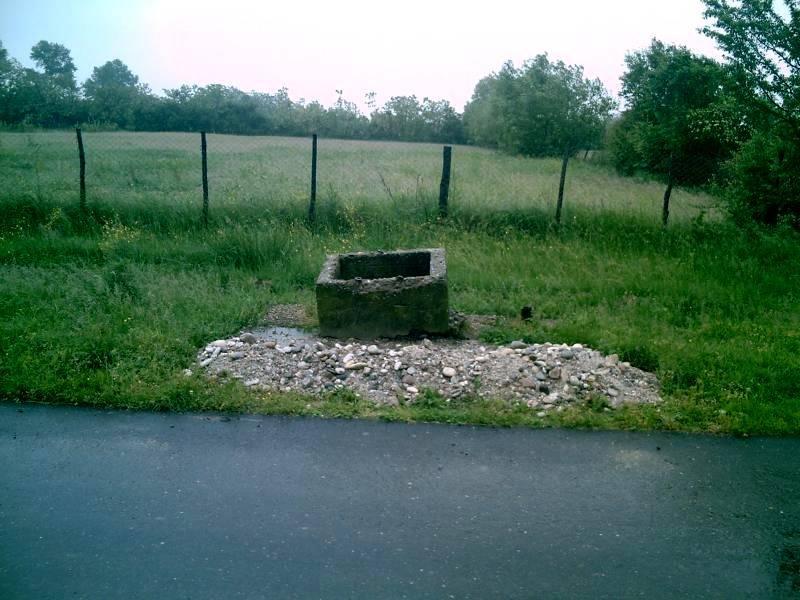 Brunnenloch vor Elternhaus
