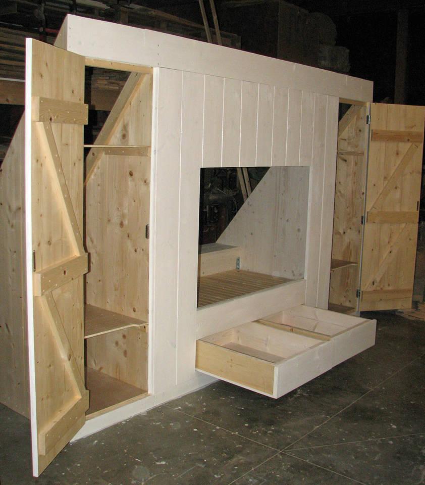 Maatwerkmeubelen van hout - Mezzanine onder het dak ...
