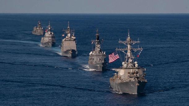 Kreml droht mit militärischem Eingriff in Ukraine – USA schicken Kriegsschiffe. Amerikanische Kriegsschiffe im Pazifik (Archivbild). Die USA senden jetzt eine Patrouille ins Schwarze Meer. (Quelle: imago images/Erica Bechard)
