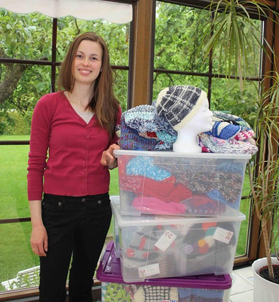 """Anne Jodocy feiert die 1000. Mütze für ihr ehrenamtliches Projekt """"Chemomütze schenkt Freude"""""""