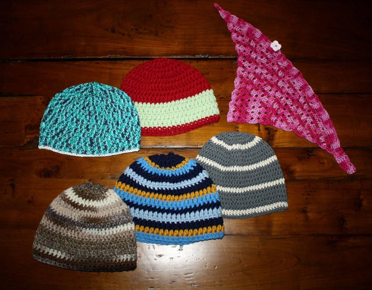 Gehäkeltes Dreieckstuch und Häkelmützen in Sockenwolle und Baumwolle
