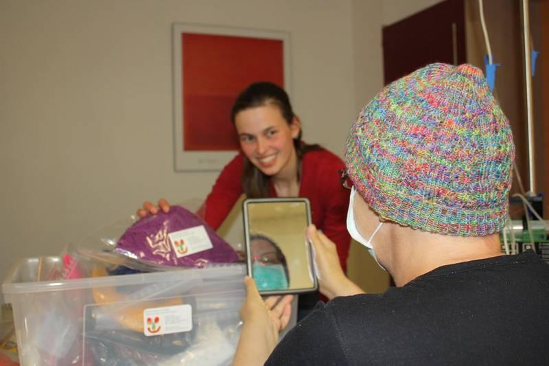 Chemomütze schenkt Freude - Anne Jodocy bei der ersten Mützenübergabe im Rahmen des ehrenamtlichen Projekts