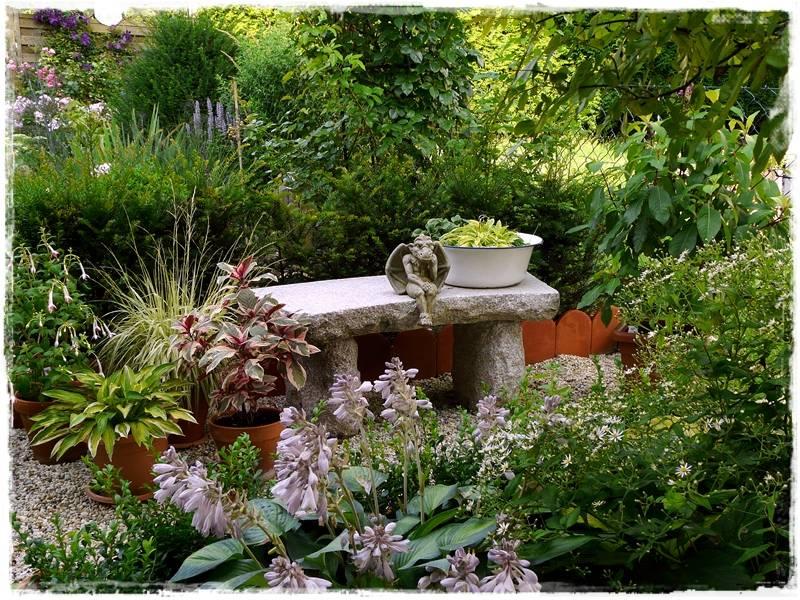 Ein kleiner Sitzplatz mit Steinbank