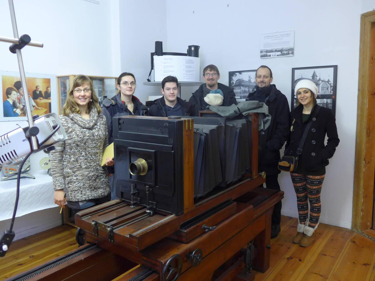 """Teilnehmer am Wochenendseminar """"Fotopionieren auf der Spur"""" vom Verein Wissensvermittlung in der Denkmalpflege vor einer Reprokamera."""