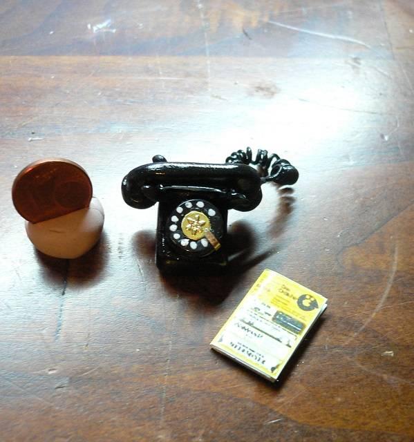 Antikes Telefon für die Puppenstube