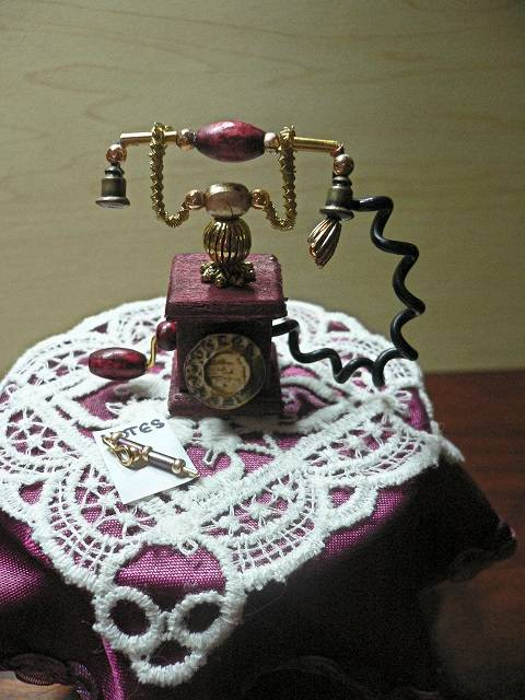 Altes Telefon im Maßstab 1:12