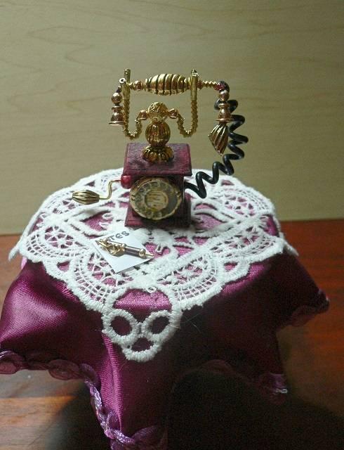 Altes Telefon für die Puppenstube