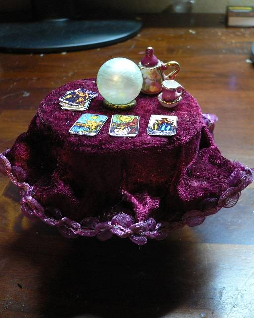 Hexentisch mit Kristallkugel