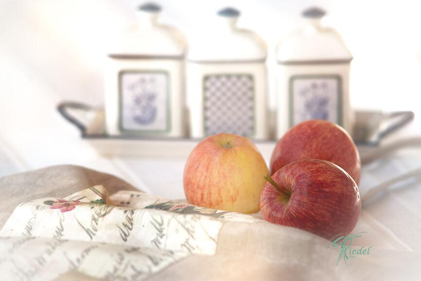 Landhaus Liebe drei Äpfel auf dem Tisch in Kreidefarben und vintage look