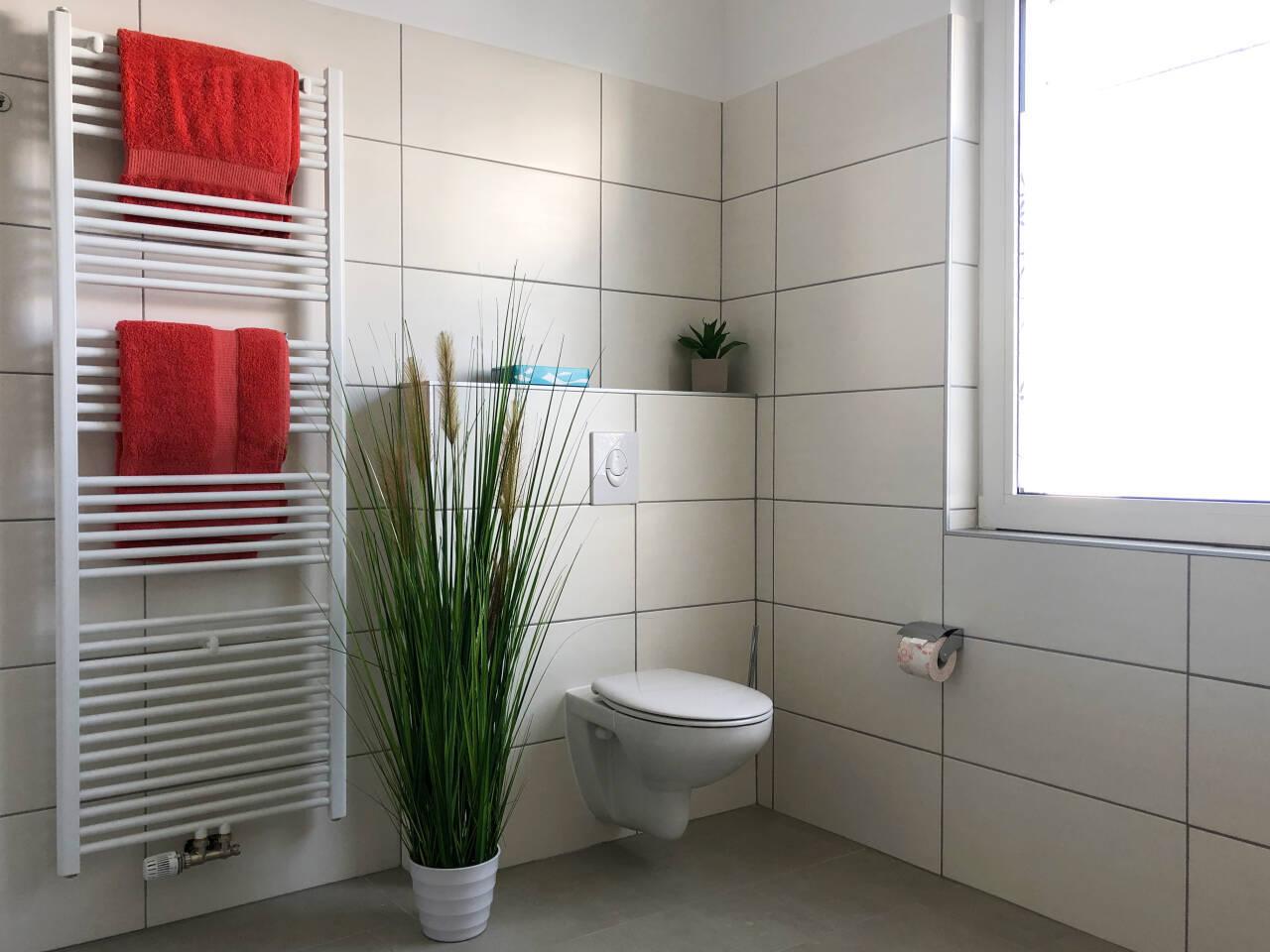 Helles freundliche Badezimmer Toiletten bereich