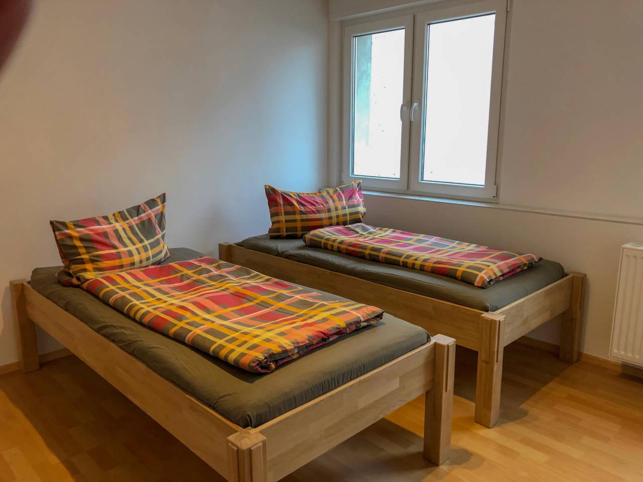 Zwei Betten in jeder Wohnung, mit Küche und eigenem Badezimmer, TV und Parkplatz vor der Wohnung