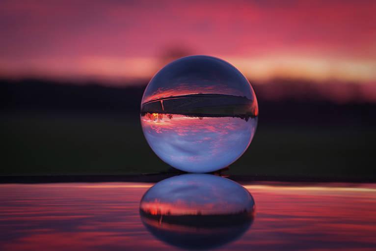 Winter Landschaft in einer Kugel im Sonnenaufgang