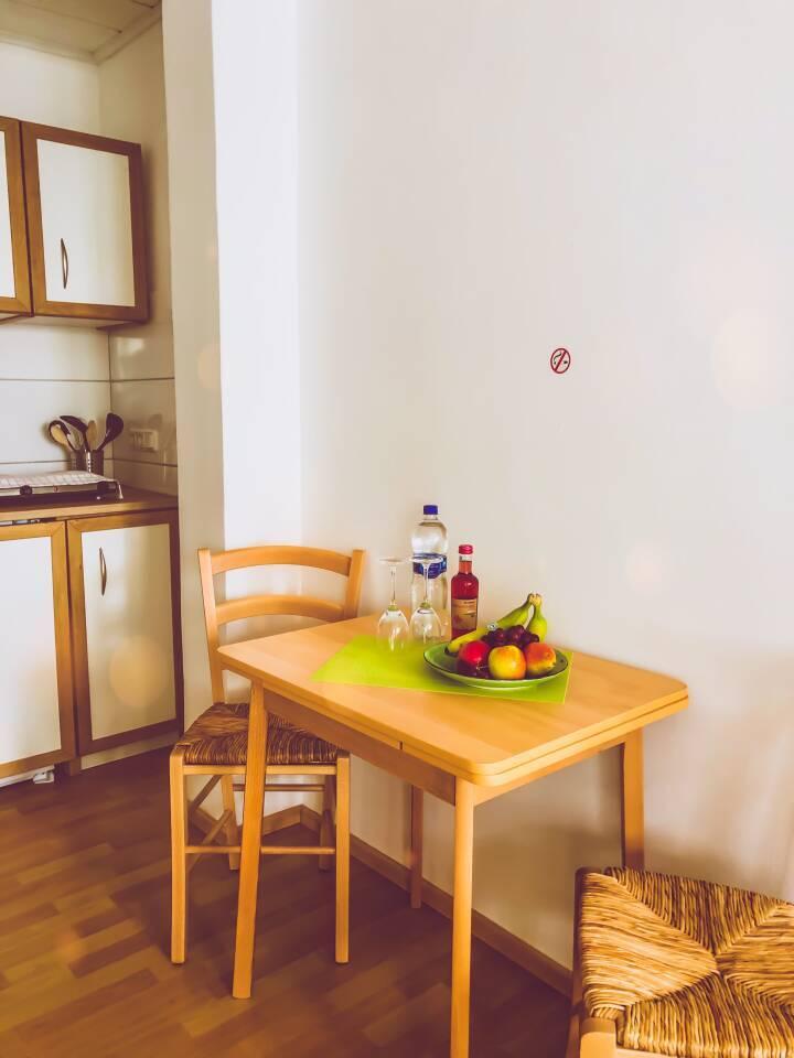 Kleine Erfrischung für Sie bei der Anreise, Wein, Wasser, frisches Obst stehen für Sie bereit