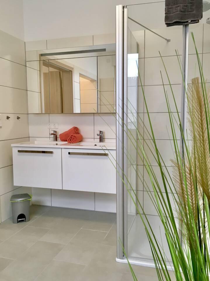 Badezimmer Wasch Gelegenheit mit 2 Waschbecken und Spiegelschrank