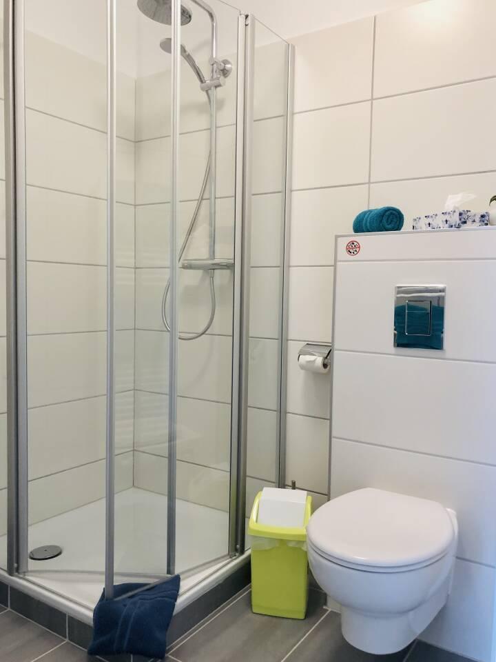 Badezimmer mit Dusche und WC eigener Bereich