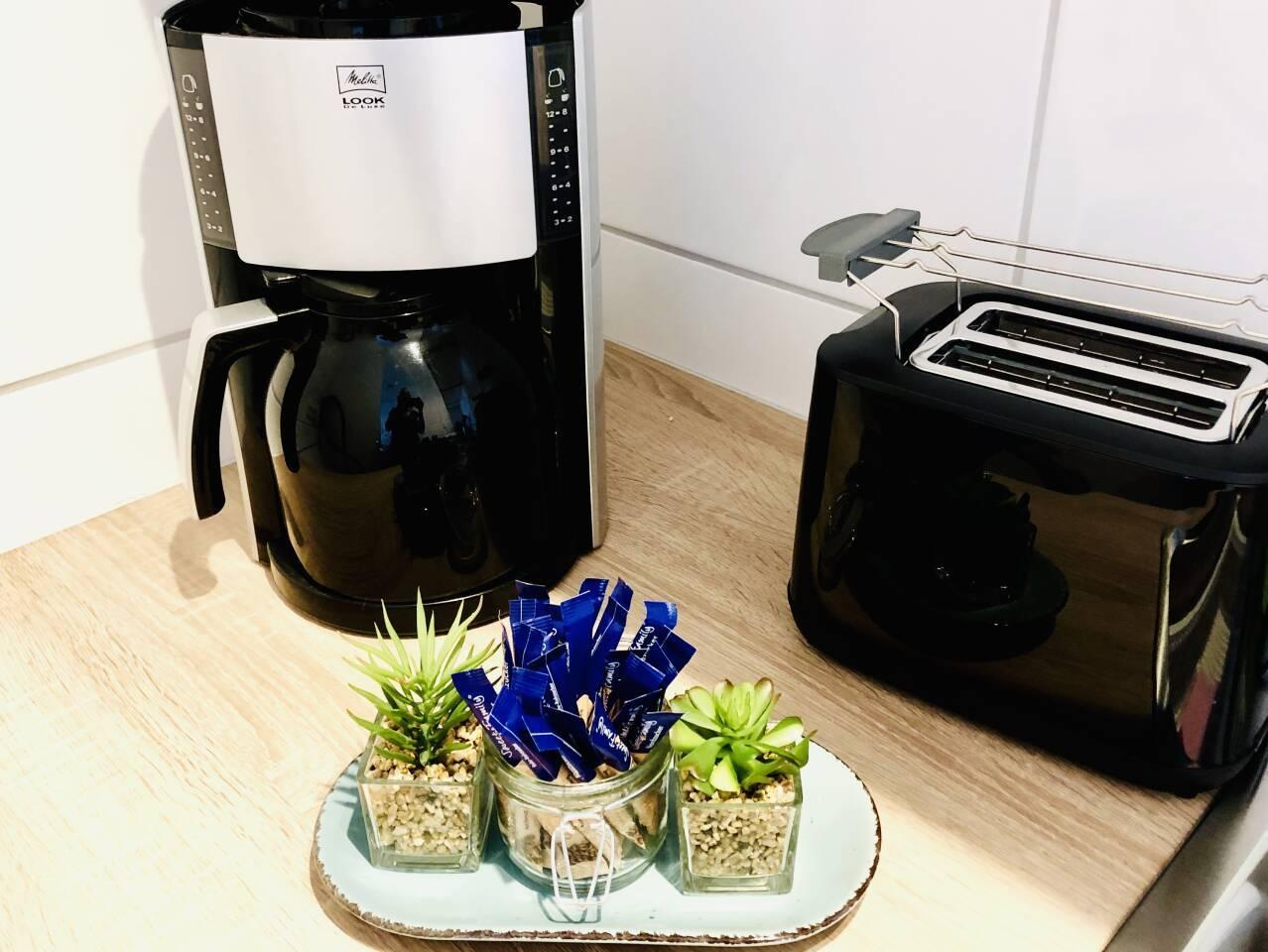 Frischer Kaffee und Toast kann zubereitet werden