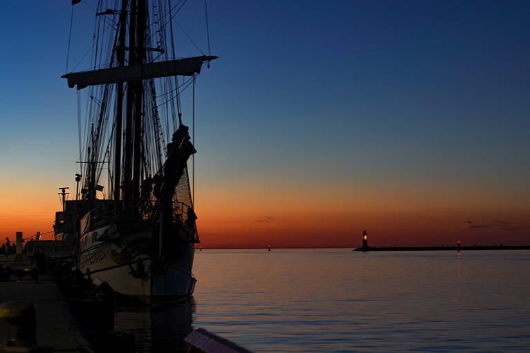 Schiff zur Blauen Stunde im Hafen