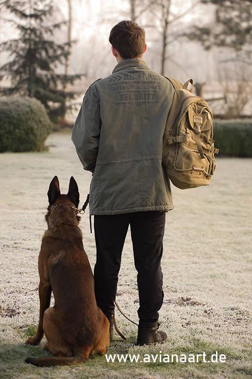 Security mit nem Malinois und Rucksack