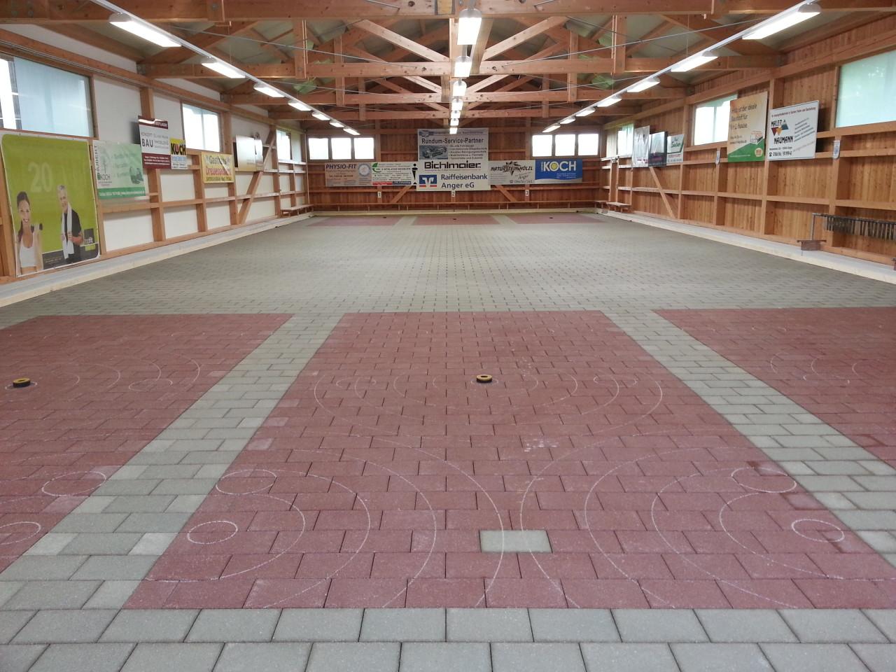 neues Pflaster in der Stocksporthalle Aufham