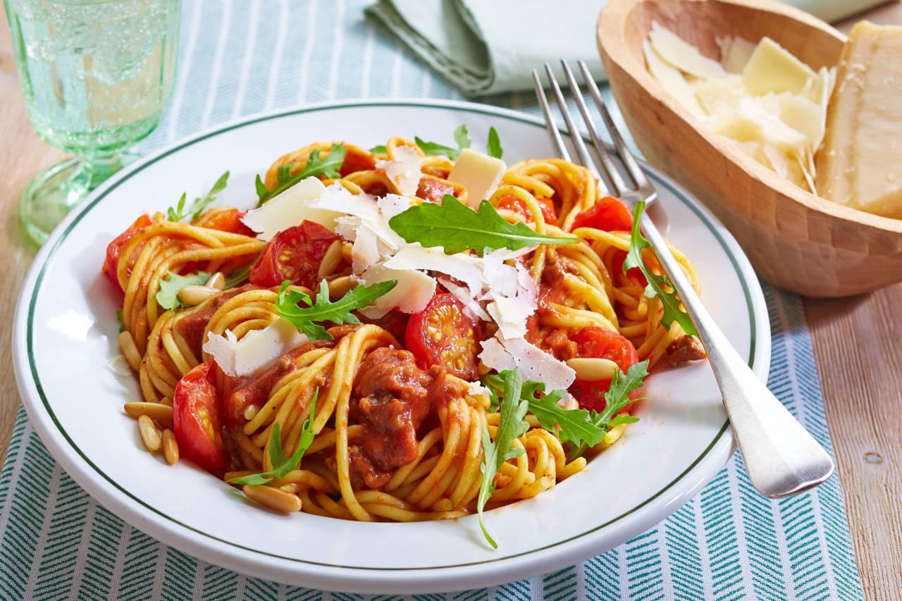 Mit Rucola, Pinienkernen und Parmesan werden die Spaghetti Bolognese auf raffinierte Art verfeinert.  426 KB  Foto: djd/Knorr