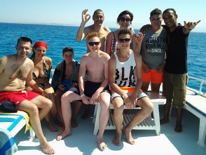 Taucher und Schnorchler auf Privatboot in Hurghada