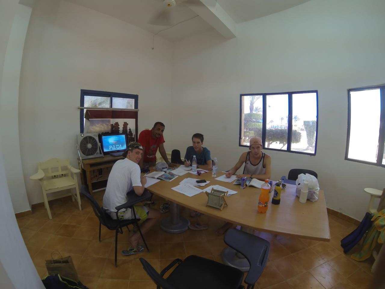 Theorieunterricht im Klassenzimmer für den Tauchschein