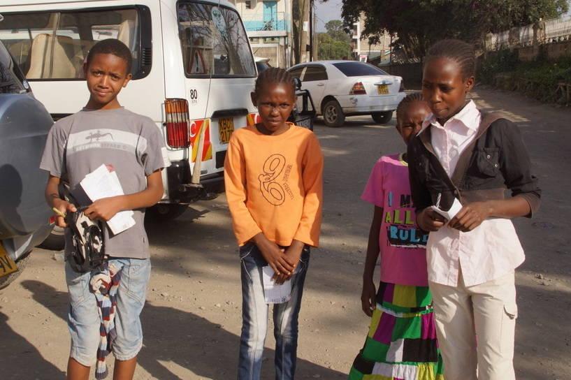 Mädels sammeln Spenden für Schulbücher