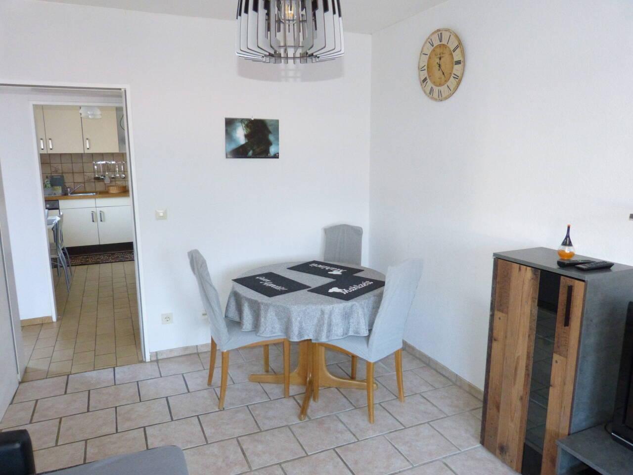 Im Wohnzimmer steht auch der Esstisch, an dem man auch prima zusammensitzen kann.