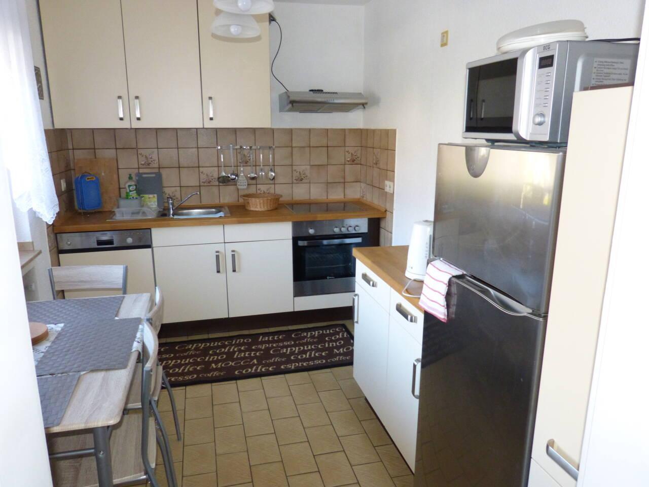 Die Küche ist mit allem eingerichtet, was man braucht.