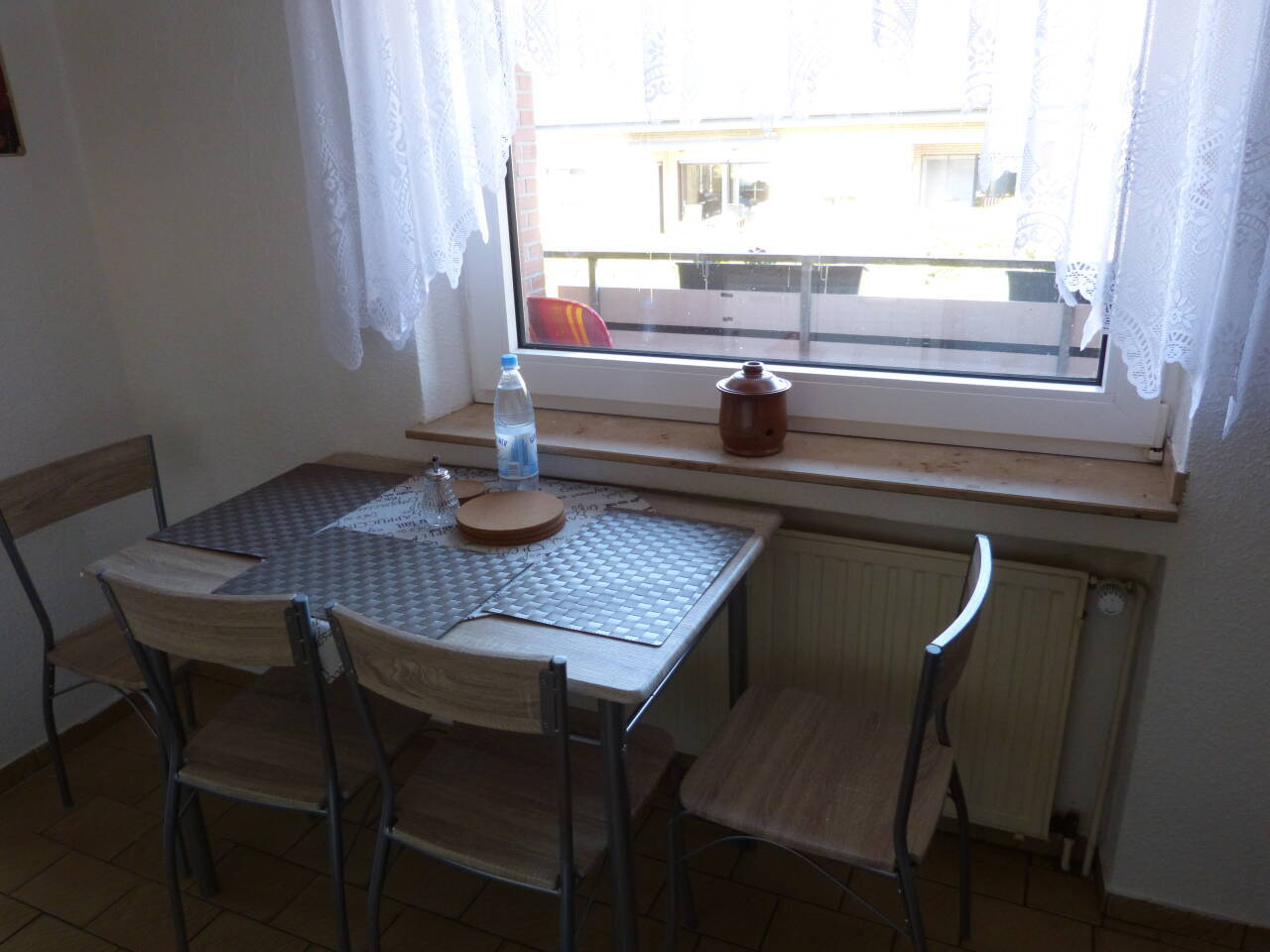 In der Küche ist ein kleiner Tisch zum Frühstücken mit Blick auf Balkon und Garten vorhanden.