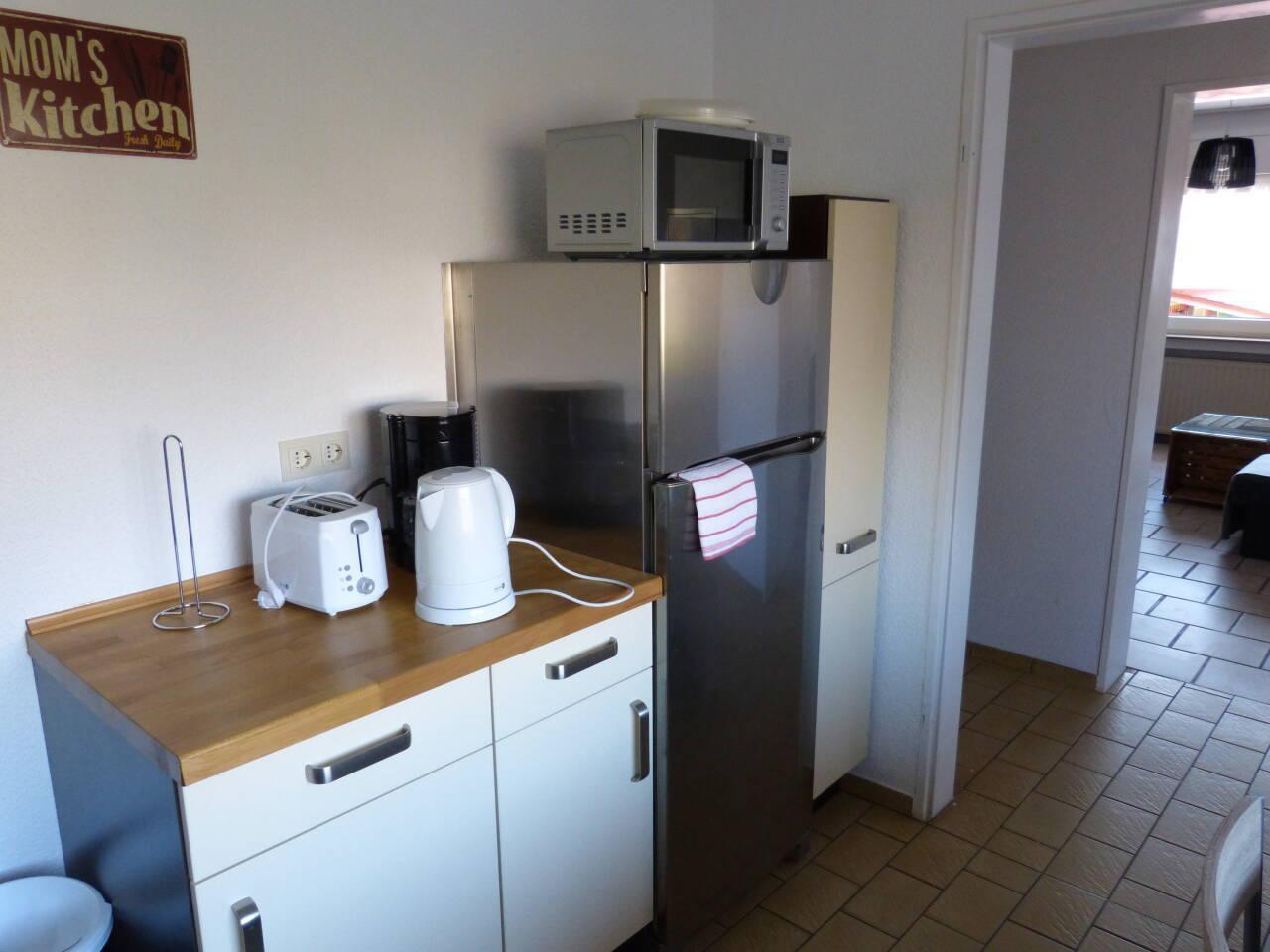Kühlschrank, Mikrowelle, Kaffeemaschine, Toaster, Wasserkocher, es ist alles da.