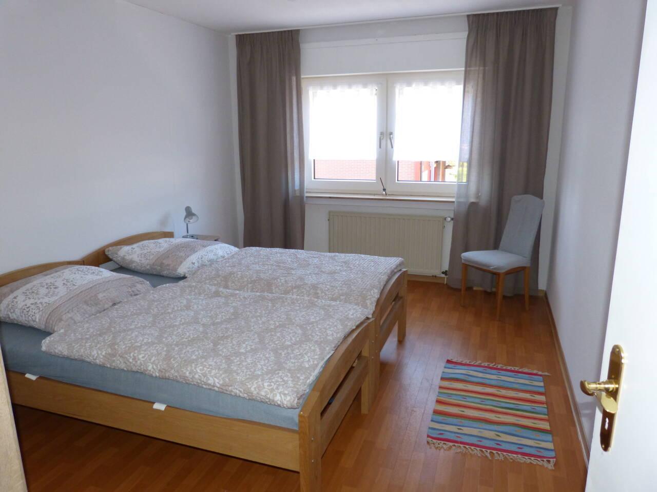 Im Schlafzimmer sind zwei Einzelbetten vorhanden. Auf Wunsch gestalten wir diese vor Ihrer Anreise mit einer