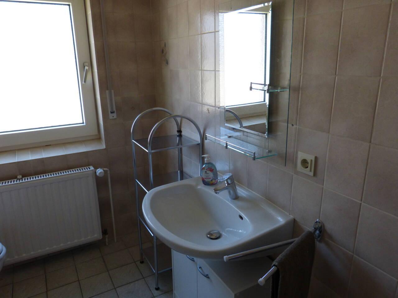 Auch die Waschtisch-Armaturen sowie der Spiegel mit Ablage wurden neu eingebaut.