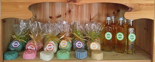 sechs verschiedene Seifen und das Haartonikum auf einem Holzregal