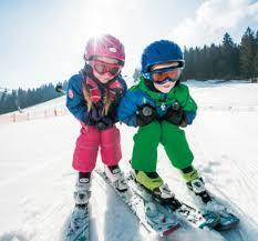 Kinder lieben Skifahren