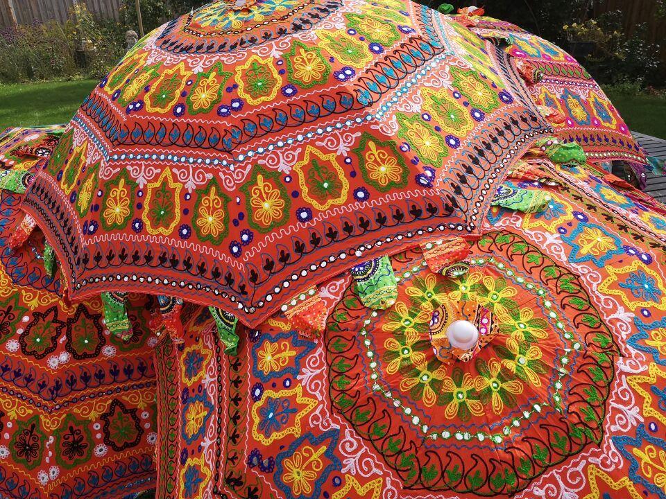 Een parasol met bloemen